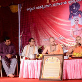 Felicitation_to_Paryaya_Swamiji_H_H_Sri_Vishwavallbha_Th_006