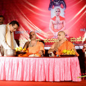Felicitation_to_Paryaya_Swamiji_H_H_Sri_Vishwavallbha_Th_007