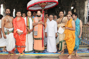 21.06.2016 CHIEF PONTIFF OF KANIYOORU MATHA OFFERED PRAYERS TO LORD VENKATESWARA